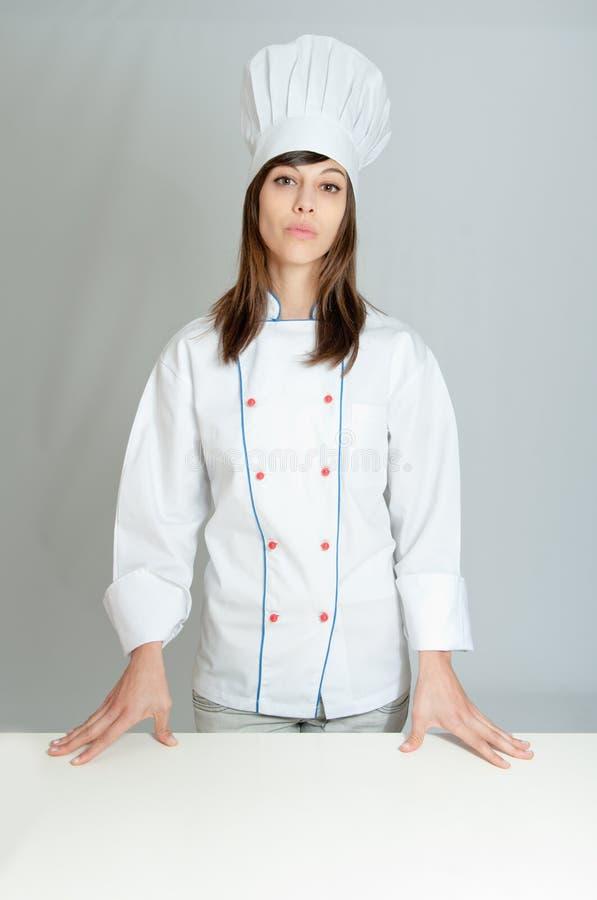 Σοβαρός νέος θηλυκός αρχιμάγειρας στοκ φωτογραφία