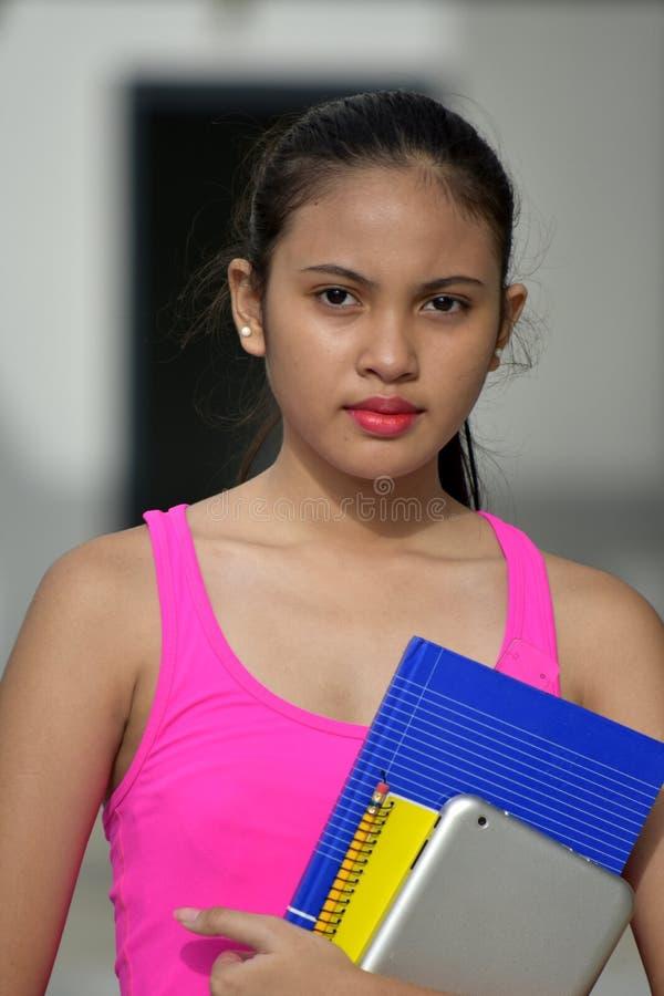 Σοβαρός νεανικός σπουδαστής κοριτσιών Filipina με τα βιβλία στοκ φωτογραφία με δικαίωμα ελεύθερης χρήσης