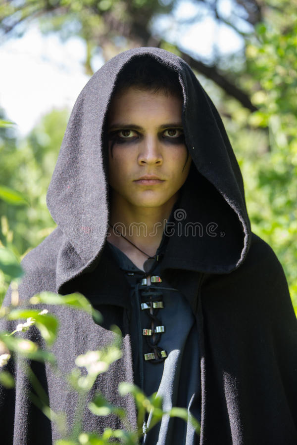 Download Σοβαρός τύπος σε μια μαύρη τήβεννο Στοκ Εικόνες - εικόνα από μοιχαλίδα, τύπος: 62715920