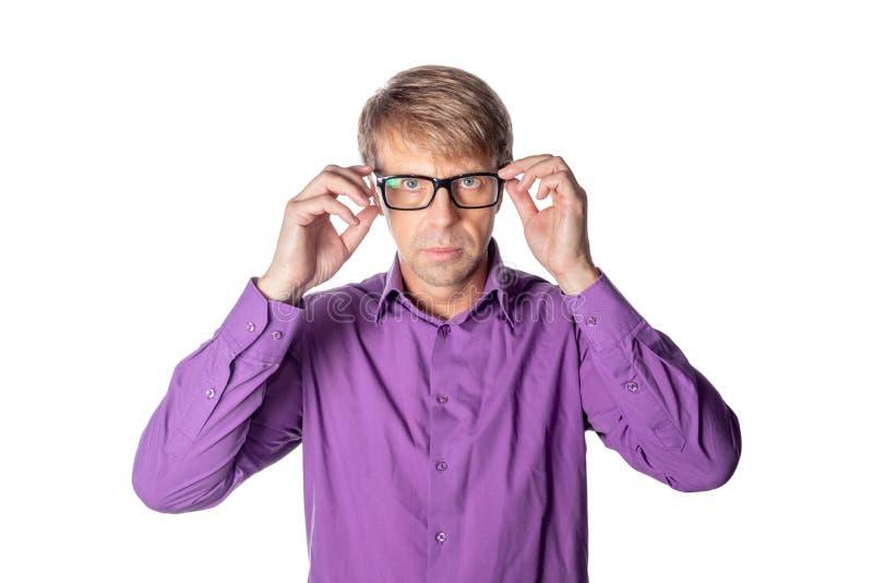 Σοβαρό άτομο Μεσαίωνα με τα γυαλιά στο άσπρο υπόβαθρο Μοντέρνο άτομο που φορά τα γυαλιά, που εξετάζουν τη κάμερα στοκ εικόνα