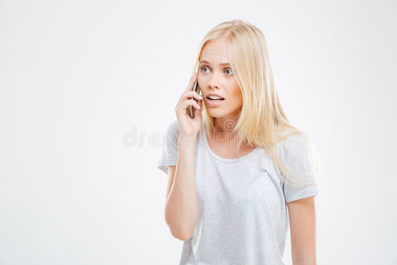 Σοβαρό αρκετά ξανθό κορίτσι που κάνει ένα τηλεφώνημα στοκ φωτογραφία με δικαίωμα ελεύθερης χρήσης