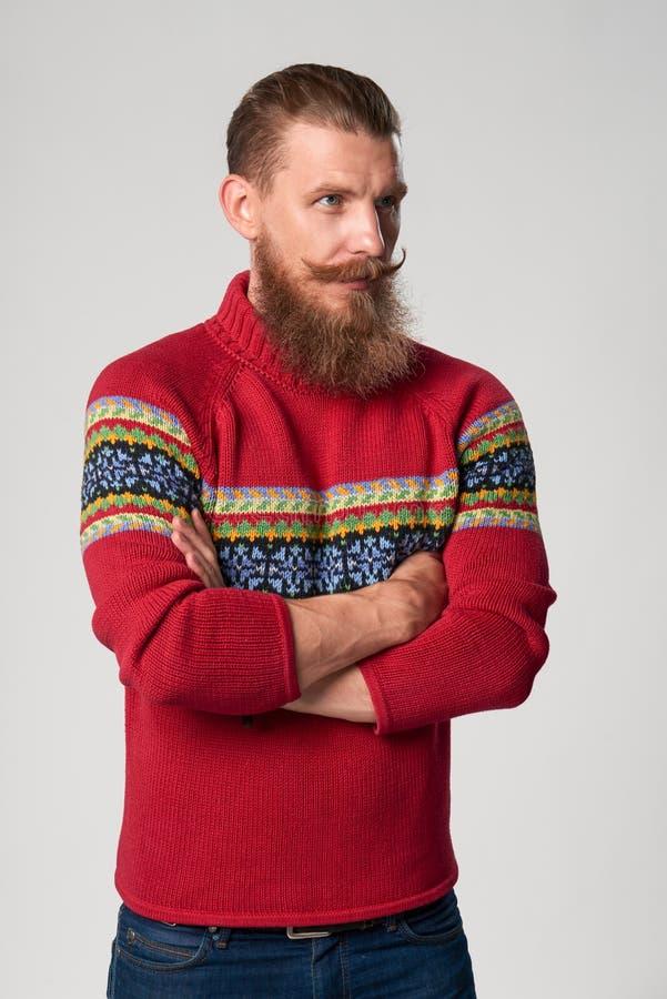 Σοβαρό βέβαιο γενειοφόρο άτομο hipster στοκ φωτογραφία