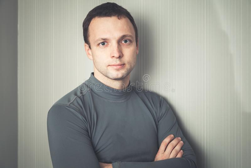 Σοβαρό ευρωπαϊκό άτομο γκρίζο sportswear στοκ εικόνα