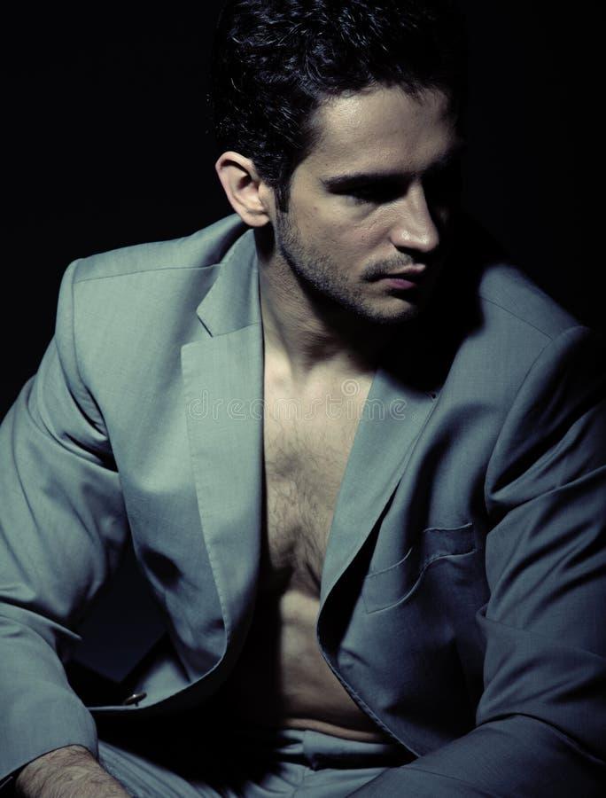 Σοβαρό μυϊκό άτομο που φορά το κοστούμι στοκ εικόνα με δικαίωμα ελεύθερης χρήσης