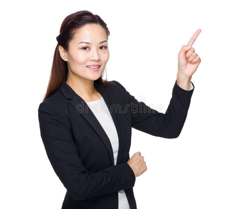 Σοβαρό σημείο δάχτυλων επιχειρησιακών γυναικών επάνω στοκ φωτογραφία με δικαίωμα ελεύθερης χρήσης
