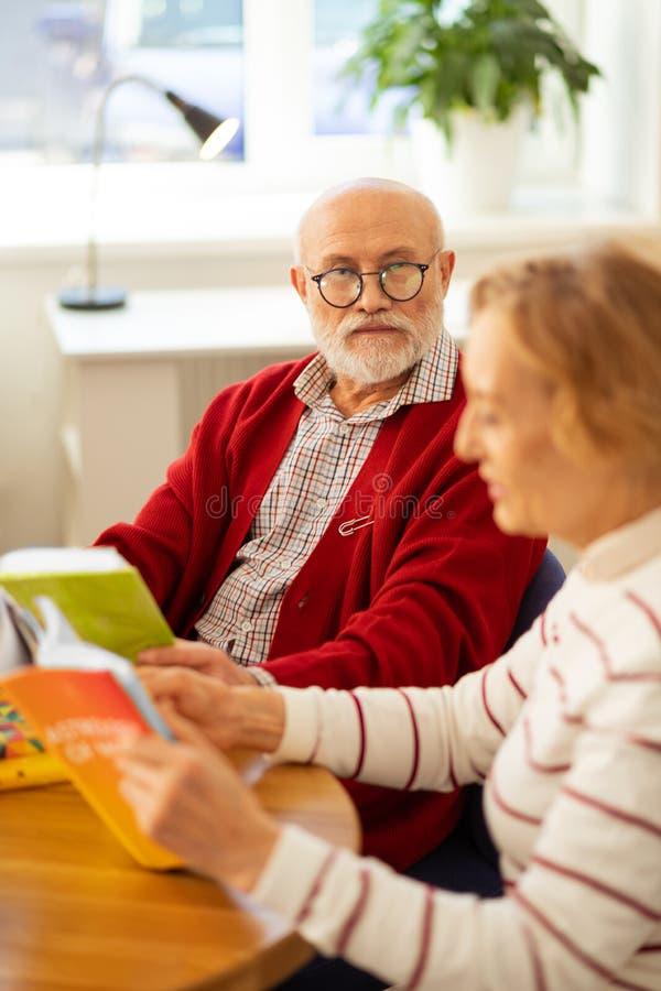 Σοβαρό όμορφο ηλικίας άτομο που φορά τα γυαλιά στοκ εικόνες