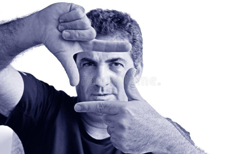 Σοβαρό ώριμο άτομο που δημιουργεί το πλαίσιο με τα δάχτυλα στοκ εικόνες