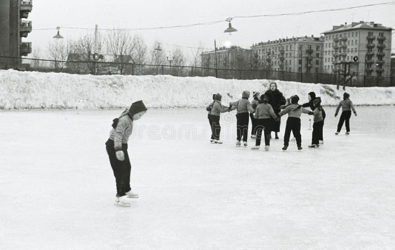 Σοβιετικά παιδιά στην αίθουσα παγοδρομίας πάγου στοκ φωτογραφίες