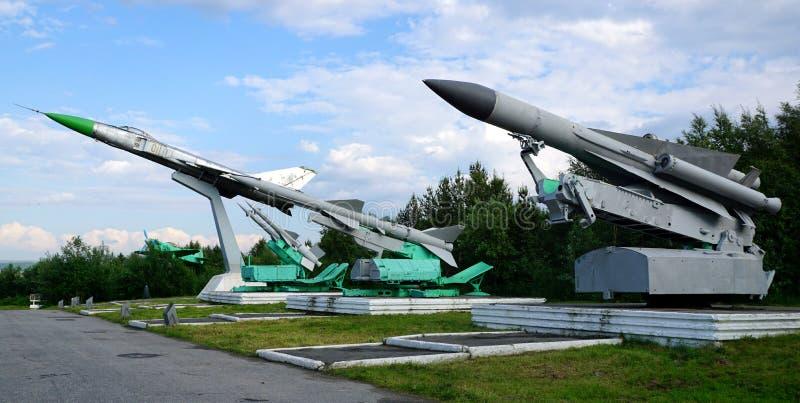 Σοβιετικός-γίνοντα βλήματα μυρμήγκι-αεροσκαφών και ένας αναχαιτιστής μαχητών στοκ φωτογραφία με δικαίωμα ελεύθερης χρήσης