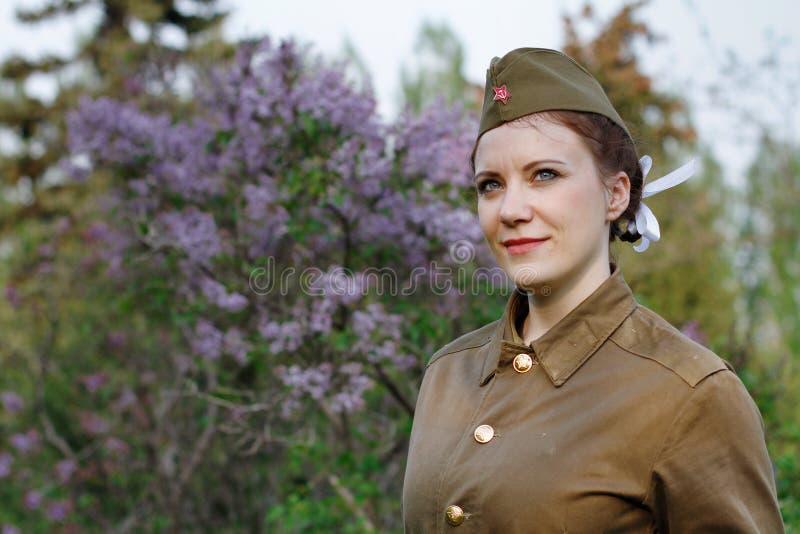 Σοβιετικός θηλυκός στρατιώτης υπό μορφή δεύτερου παγκόσμιου πολέμου στα πλαίσια της πασχαλιάς στοκ εικόνες
