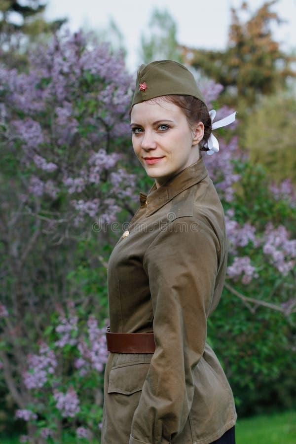 Σοβιετικός θηλυκός στρατιώτης υπό μορφή δεύτερου παγκόσμιου πολέμου στα πλαίσια της πασχαλιάς στοκ εικόνα