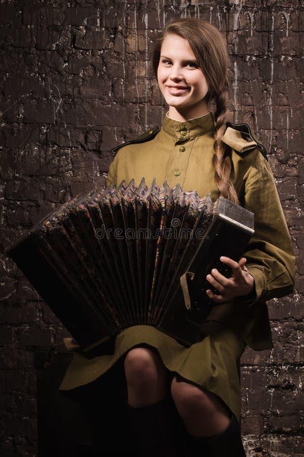Σοβιετικός θηλυκός στρατιώτης σε ομοιόμορφο του Δεύτερου Παγκόσμιου Πολέμου με ένα accordi στοκ φωτογραφίες με δικαίωμα ελεύθερης χρήσης