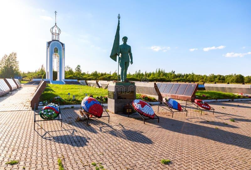 Σοβιετικό πολεμικό μνημείο με τους ρωσικούς τάφους στρατιωτών ` s στοκ εικόνες