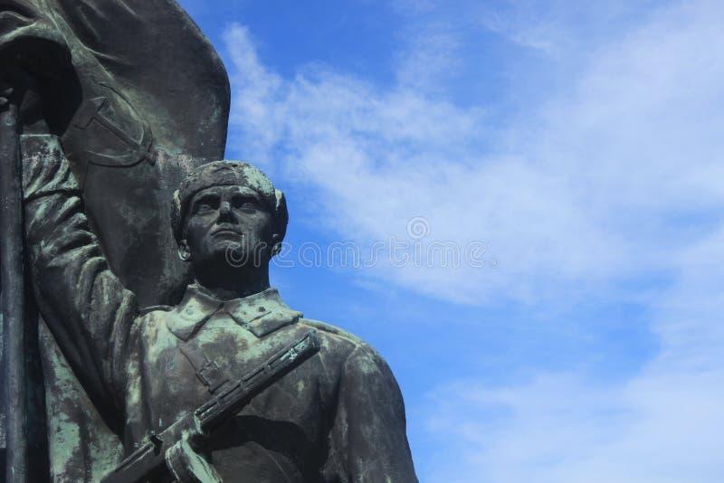 Σοβιετικό υπόβαθρο ουρανού αγαλμάτων στρατιωτών στοκ φωτογραφίες με δικαίωμα ελεύθερης χρήσης