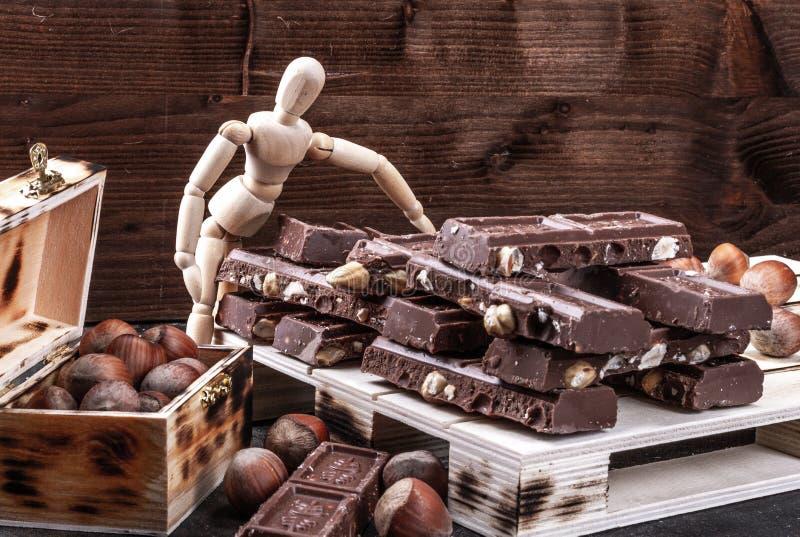 Σοκολάτα γάλακτος με ολόκληρα τα φουντούκια που τοποθετούνται σε μια παλέτα στοκ φωτογραφία με δικαίωμα ελεύθερης χρήσης