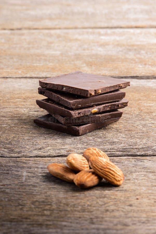 Σοκολάτα με το αμύγδαλο σε ξύλινο στοκ φωτογραφία