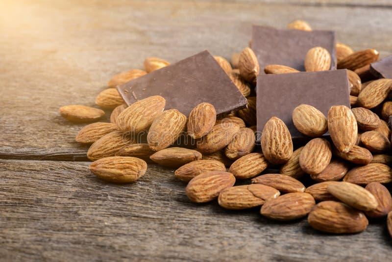Σοκολάτα με το αμύγδαλο σε ξύλινο στοκ εικόνα με δικαίωμα ελεύθερης χρήσης