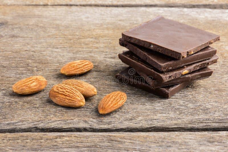 Σοκολάτα με το αμύγδαλο σε ξύλινο στοκ εικόνα