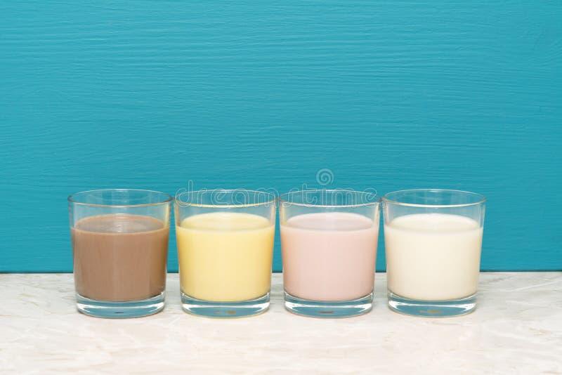 Σοκολάτα, μπανάνα και φράουλα milkshakes και γάλα στους ανατροπείς στοκ εικόνες με δικαίωμα ελεύθερης χρήσης