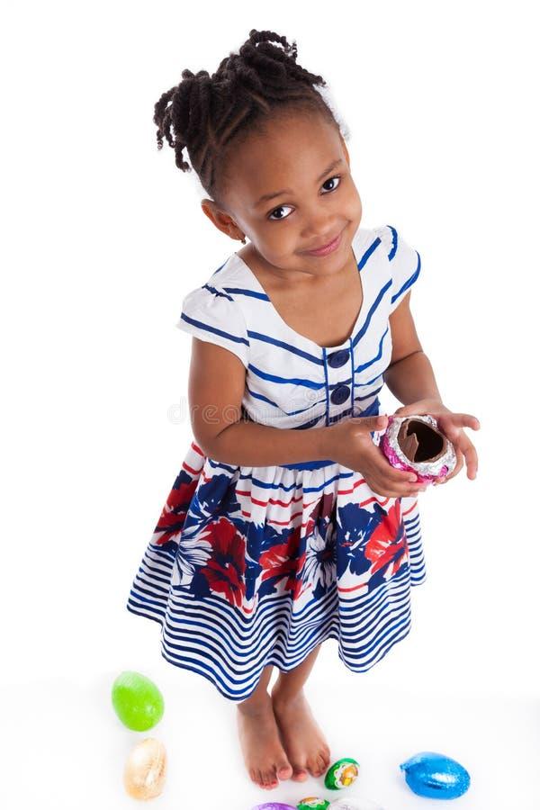 σοκολάτα Πάσχα που τρώει το κορίτσι αυγών ελάχιστα στοκ εικόνα με δικαίωμα ελεύθερης χρήσης