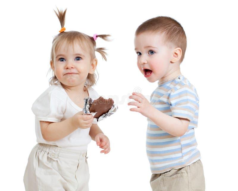 σοκολάτα παιδιών που τρώει το αστείο απομονωμένο λευκό στοκ φωτογραφίες