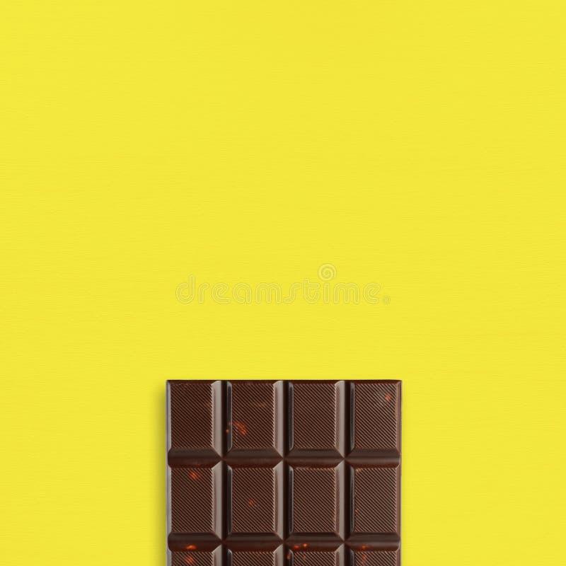 Σοκολάτα στον κίτρινο πίνακα στοκ φωτογραφίες