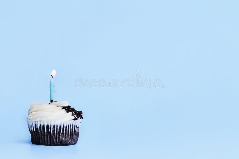 Σοκολάτα Cupcake με την τήξη Buttercream βανίλιας και το κερί LIT στοκ εικόνες