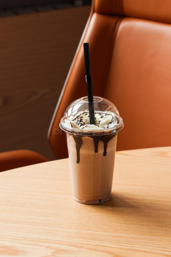 Σοκολάτα milkshake σε ένα jur με το άχυρο στοκ εικόνες