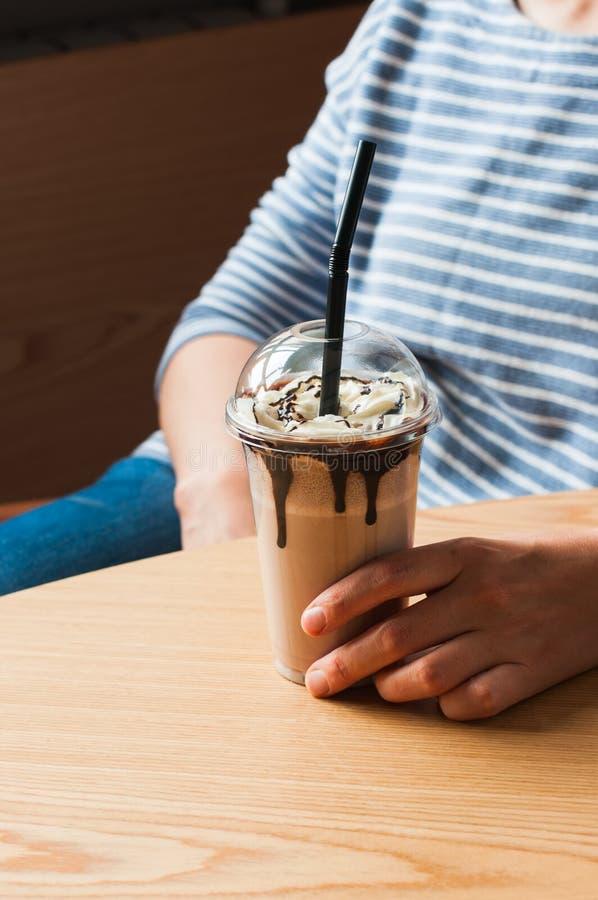 Σοκολάτα milkshake σε ένα jur με το άχυρο στοκ εικόνες με δικαίωμα ελεύθερης χρήσης