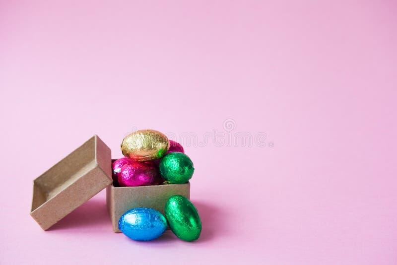 Σοκολάτες αυγών Πάσχας σε ένα μικρό κιβώτιο στοκ φωτογραφίες