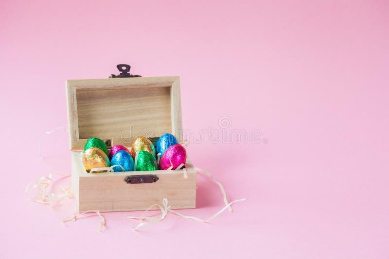 Σοκολάτες αυγών Πάσχας σε ένα ξύλινο κιβώτιο στοκ φωτογραφίες