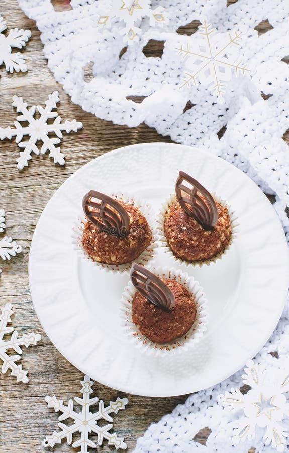 Σοκολάτα καραμελών με τα ξύλα καρυδιάς στοκ εικόνες