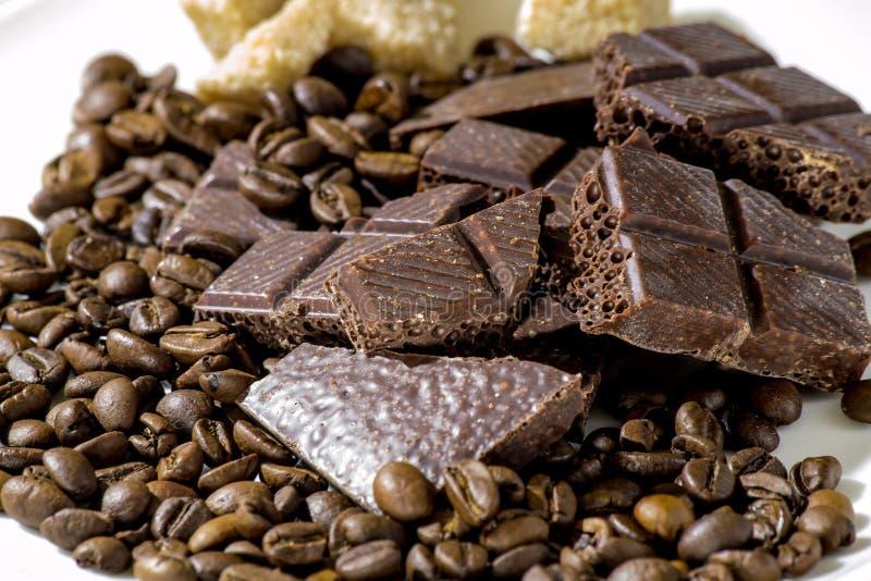 Σοκολάτα με τα φασόλια καφέ με την καφετιά ζάχαρη στοκ εικόνες