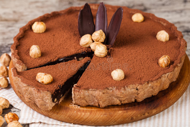 Σοκολάτα ξινή με τα φουντούκια στοκ φωτογραφίες