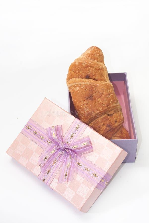 Σοκολάτα croissant σε ένα ρόδινο κιβώτιο δώρων με ένα τόξο στοκ φωτογραφίες με δικαίωμα ελεύθερης χρήσης