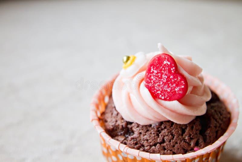 Σοκολάτα cupcake με τη διακόσμηση καρδιών, σαφής εκλεκτής ποιότητας τόνος στοκ φωτογραφία με δικαίωμα ελεύθερης χρήσης