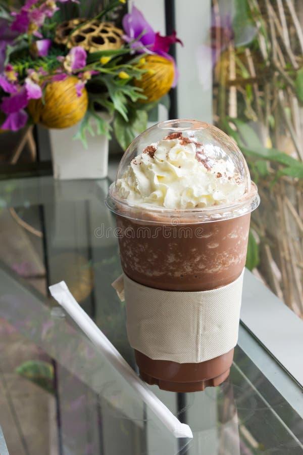 Σοκολάτα frappe με την κτυπημένη κρέμα στοκ φωτογραφία