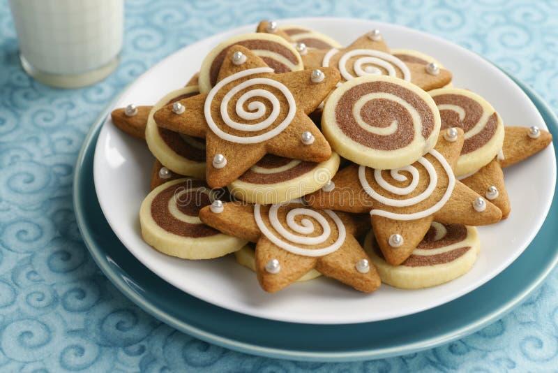 Σοκολάτα Pinwheel και παγωμένα μπισκότα αστεριών μελοψωμάτων στοκ εικόνα