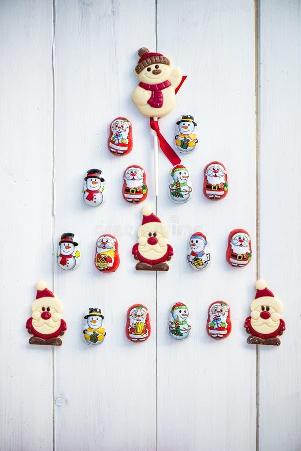 Σοκολάτα Santas, χιονάνθρωπος και μπισκότα που βάζουν σε μια μορφή Chris στοκ εικόνες με δικαίωμα ελεύθερης χρήσης