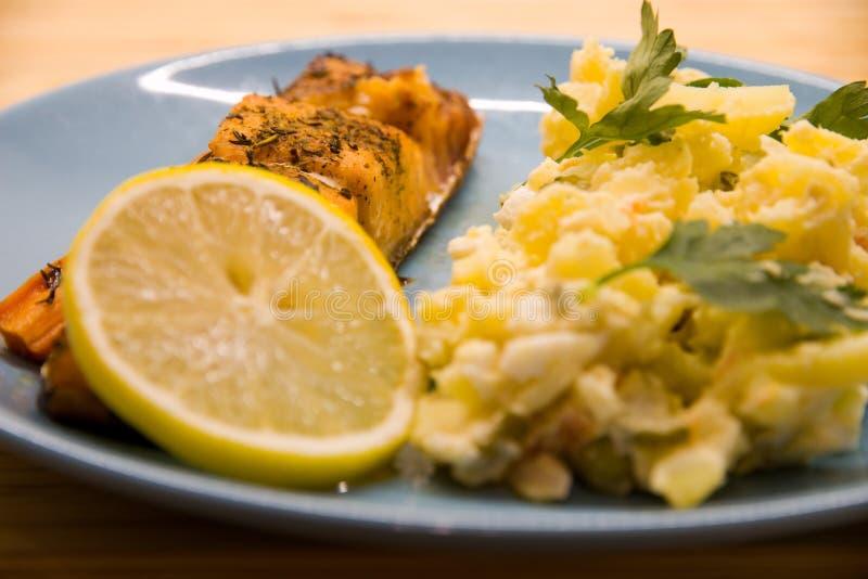 Σολομός με τη σαλάτα πατατών στοκ φωτογραφίες με δικαίωμα ελεύθερης χρήσης
