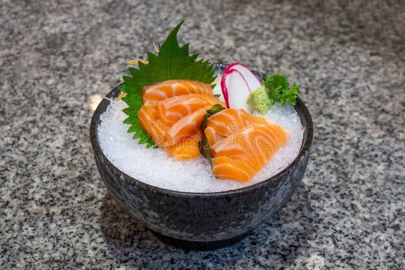 σολωμός σασίμι σε πάγο σε μπολ ιαπωνικό φαγητό στοκ φωτογραφίες με δικαίωμα ελεύθερης χρήσης