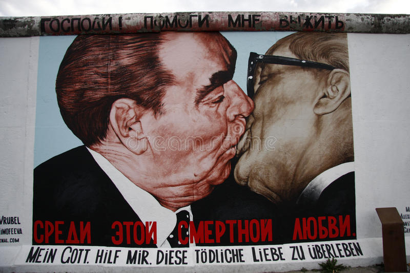 Σοσιαλιστικό αδελφικό φιλί στοκ εικόνα με δικαίωμα ελεύθερης χρήσης