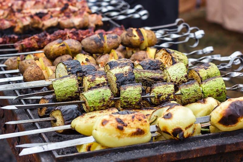 Σουβλισμένα πιπέρια αγγουριών κολοκυθιών κολοκυθιών λαχανικών πράσινα που προετοιμάζουν ψημένο στη σχάρα ψημένο τηγανισμένο όρμο  στοκ εικόνες με δικαίωμα ελεύθερης χρήσης