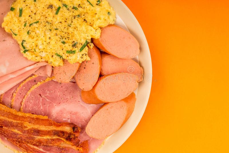 Σουηδικά ή νορβηγικά ανακατωμένα ύφος μπέϊκον και ζαμπόν λουκάνικων αυγών στοκ φωτογραφία