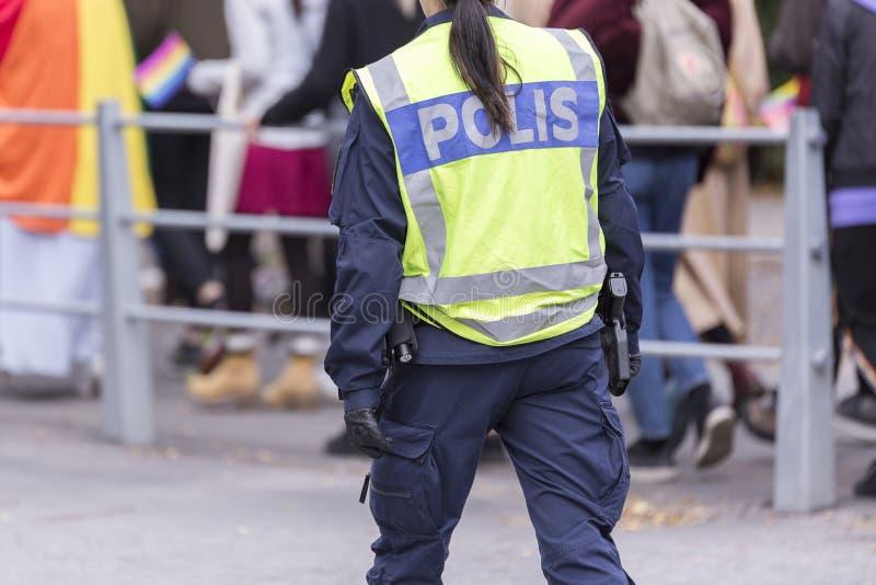 Σουηδικός αστυνομικός με την αντανακλαστικά φανέλλα και το πυροβόλο όπλο στοκ εικόνες με δικαίωμα ελεύθερης χρήσης