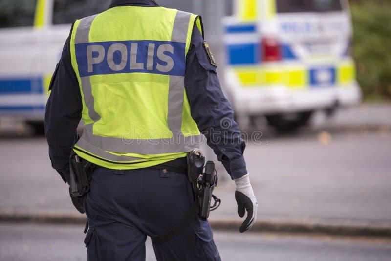 Σουηδικός αστυνομικός με την αντανακλαστικά φανέλλα και το πυροβόλο όπλο στοκ εικόνα