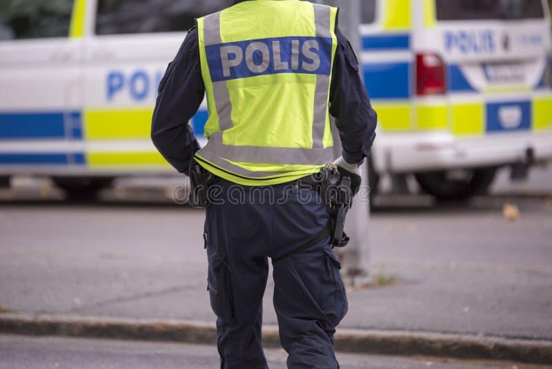 Σουηδικός αστυνομικός με την αντανακλαστικά φανέλλα και το πυροβόλο όπλο στοκ εικόνες