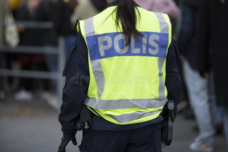 Σουηδικός αστυνομικός με την αντανακλαστικά φανέλλα και το πυροβόλο όπλο στοκ φωτογραφία με δικαίωμα ελεύθερης χρήσης