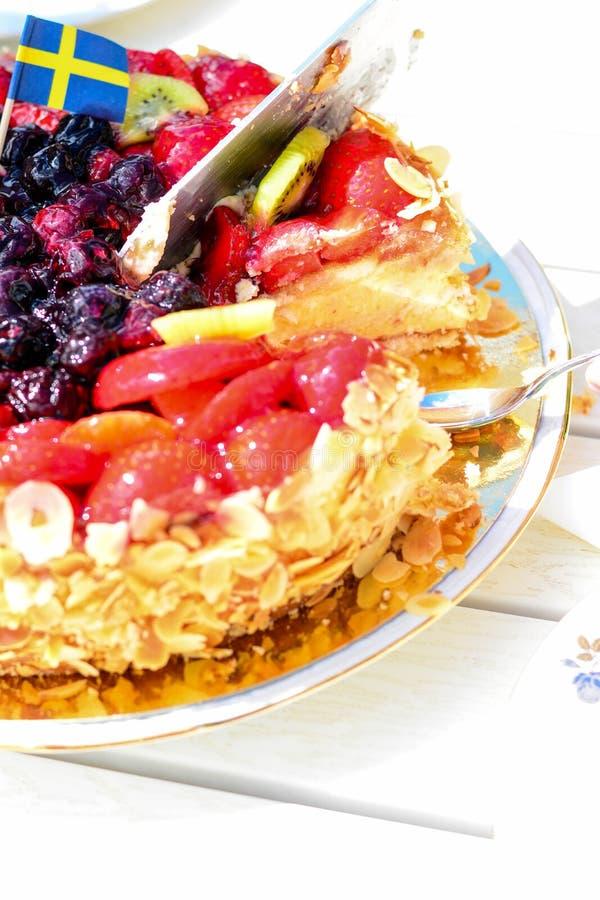 Σουηδικό θερινό κέικ με την κρέμα και τις φράουλες στοκ εικόνες