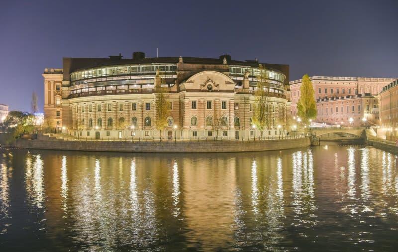 Σουηδικό σπίτι Riksdagshuset του Κοινοβουλίου στη Στοκχόλμη τη νύχτα στοκ εικόνα